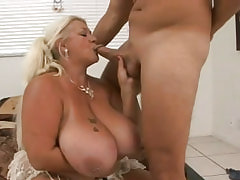 Fat chick taking good pussy massage